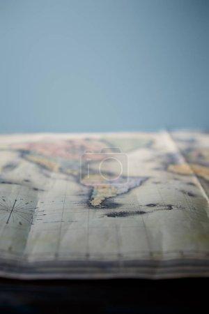 Photo pour Mise au point sélective de la carte du monde avec espace de copie isolé sur bleu - image libre de droit