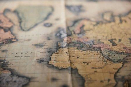 Photo pour Focus sélectif de la carte rétro du monde sur la table - image libre de droit