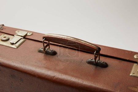 Foto de Cerca de maleta marrón vintage aislado en gris - Imagen libre de derechos