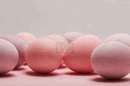 Photo pour Oeufs de Pâques sur fond gris avec espace copie - image libre de droit