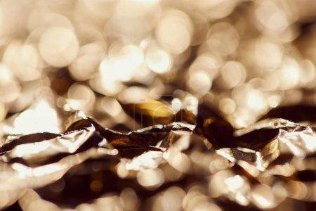 Photo pour Selrctive mise au point de papier d'aluminium avec les lumières étincelantes floues et twinkles - image libre de droit