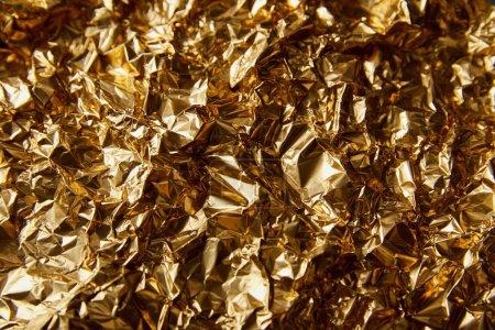 Photo pour Vue de dessus de feuille d'or froissée avec scintillement - image libre de droit