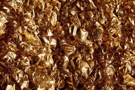 Photo pour Vue de dessus de la feuille d'or froissé avec scintille - image libre de droit