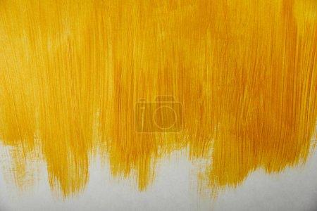 Photo pour Coups de pinceau dorés dessinés sur fond blanc - image libre de droit