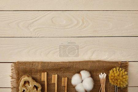 Foto de Vista superior de higiene y cuidado de elementos dispuestos en cilicio sobre superficie de madera blanca, cero concepto de residuos - Imagen libre de derechos
