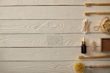 Foto de Vista superior de varios artículos de higiene y el cuidado dispuestos en superficie de madera blanca, cero concepto de residuos - Imagen libre de derechos