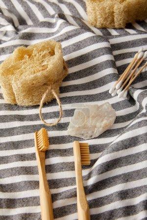 Photo pour Différents points d'hygiène et de soins sur la surface de tissu rayé, zéro déchets concept - image libre de droit