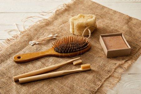 Foto de Diversos artículos de higiene y cuidado de cilicio sobre superficie de madera blanca, cero concepto de residuos - Imagen libre de derechos