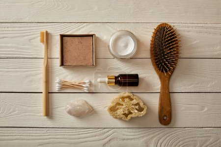 Photo pour Top view of various hygiene and cosmetic items on white wooden surface, zero waste concept - image libre de droit