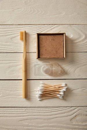 Photo pour Vue de dessus de différents articles d'hygiène et de soins sur la surface en bois blanc, zéro déchets concept - image libre de droit