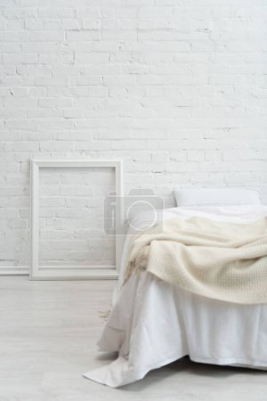 Photo pour Chambre à coucher avec cadre de lit et photo blanc vide - image libre de droit