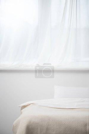 Photo pour Mise au point sélective de chambre avec oreiller sur le lit douillet - image libre de droit