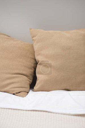 Foto de Cerca de almohadas marrones en cómoda cama - Imagen libre de derechos