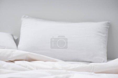 Foto de Enfoque selectivo de la cama con almohada blanca y manta - Imagen libre de derechos