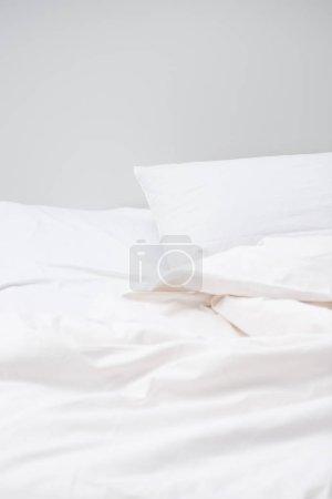 Foto de Acogedora cama con almohadas blancas y manta, con espacio de copia - Imagen libre de derechos