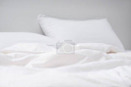 Photo pour Foyer sélectif de lit vide avec oreillers blancs et couverture - image libre de droit