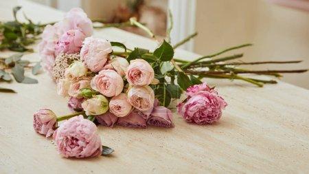 Foto de Ramo con rosas y Peonías en la mesa en la tienda de la flor - Imagen libre de derechos