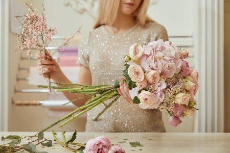 Foto de Enfoque selectivo de croppedl vista de Floreria hacer ramo de rosas y Peonías en el espacio de trabajo - Imagen libre de derechos