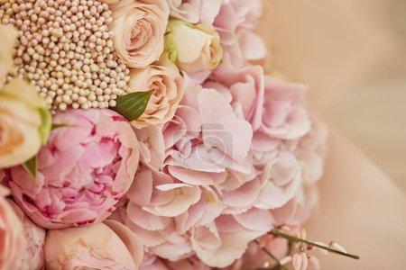 Foto de Ramo de rosas y peonías rosa en mesa - Imagen libre de derechos