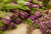 """Постер, картина, фотообои """"фиолетовые тюльпаны и фотографии Сирень на столе в цветочный магазин"""""""