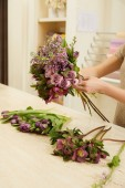 """Постер, картина, фотообои """"обрезанное мнению флористов, сделать букет из тюльпанов, пионы и Сирень на рабочем месте"""""""