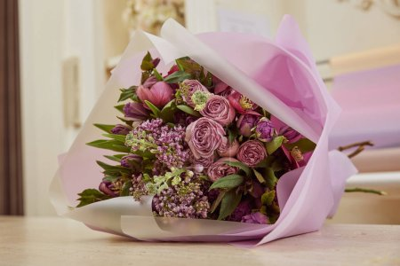 Photo pour Bouquet de tulipes, pivoines, lilas sur table - image libre de droit