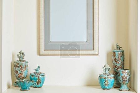 Photo pour Cadre photo et turquoise sur étagère - image libre de droit