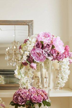 Photo pour Roses blanches et violettes, pivoines dans un vase en verre - image libre de droit