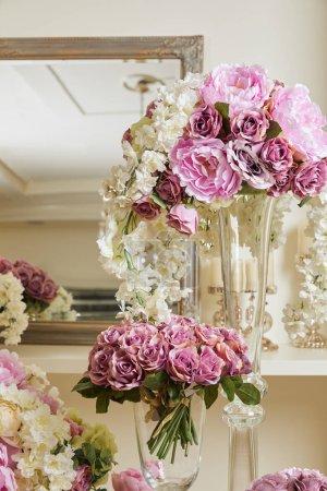 Photo pour White and purple flowers in glass vases - image libre de droit