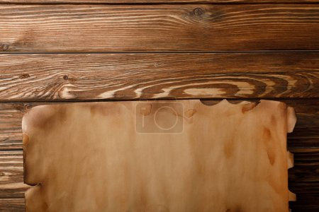 Photo pour Vue de dessus de la feuille de papier antique gisant sur le fond en bois - image libre de droit