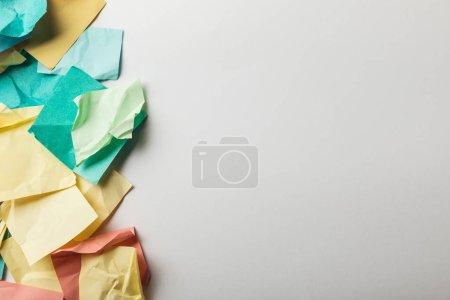 Photo pour Vue de dessus des papiers colorés froissés sur fond blanc - image libre de droit