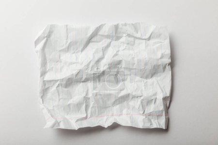 Foto de Página vista superior de blanco rayado arrugada sobre fondo blanco - Imagen libre de derechos