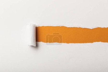 Foto de Papel rasgado con laminado borde y copia en fondo naranja - Imagen libre de derechos