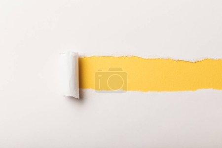Foto de Papel rasgado con laminado borde y copia en fondo amarillo - Imagen libre de derechos