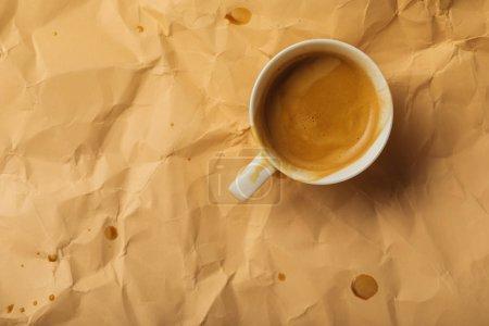 Photo pour Vue de dessus de la tasse à café sur beige froissé page - image libre de droit