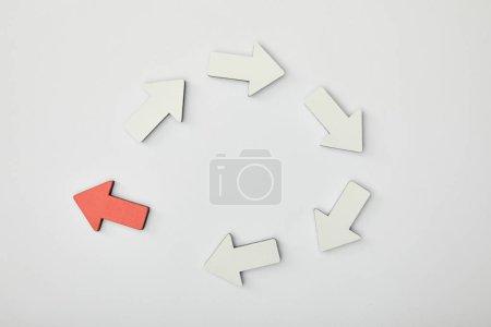 Foto de Vista superior de flecha roja en círculo con punteros blancos sobre fondo gris - Imagen libre de derechos
