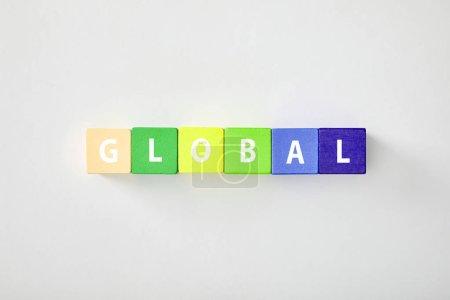 Photo pour Vue de dessus de global faite de cubes multicolores sur fond gris - image libre de droit