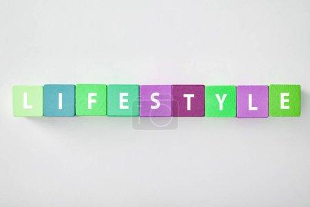 Photo pour Vue du dessus de lettrage style de vie en blocs multicolores sur fond gris - image libre de droit