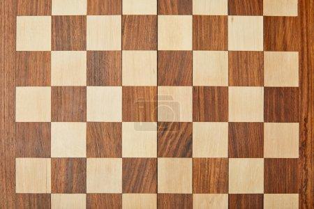 Photo pour Vue de dessus d'un échiquier en bois vide - image libre de droit