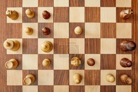 Photo pour Vue de dessus d'échiquier en bois avec le jeu d'échecs - image libre de droit