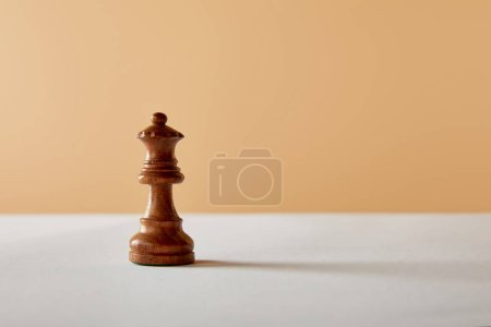 Photo pour Pièce en bois de la reine sur le tableau blanc et fond beige - image libre de droit