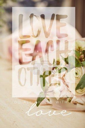 Foto de Ramo de rosas color beiges en madera mesa con amor cada otra ilustración - Imagen libre de derechos