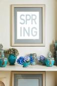 """Постер, картина, фотообои """"фоторамка с весны надписи и бирюзовый керамические богато Винтаж вазы с цветами на шельфе"""""""
