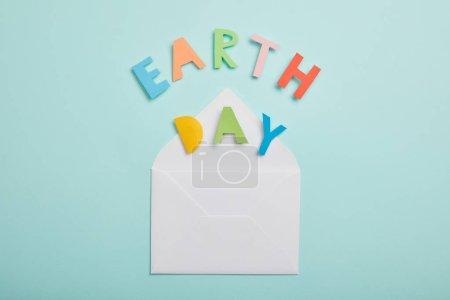 Foto de Vista de letras coloridas de papel superior y sobre fondo turquesa, concepto de día de la tierra y - Imagen libre de derechos
