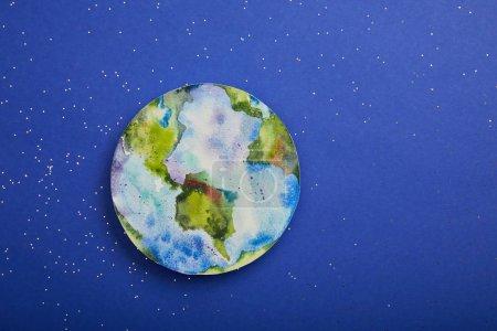 Photo pour Vue de dessus de l'image de la planète sur fond violet avec étoiles, notion de jour de la terre - image libre de droit