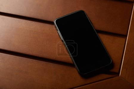 Foto de Smartphone con espacio en blanco de la pantalla y la copia en mesa de madera - Imagen libre de derechos