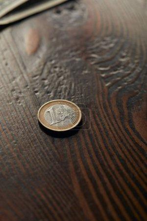 Photo pour Pièce de monnaie sur la table en bois et brun avec espace copie - image libre de droit