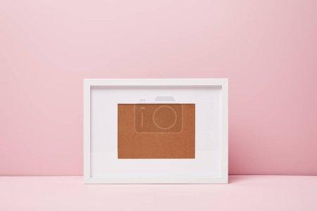 leerer dekorativer Rahmen auf rosa Oberfläche zu Hause