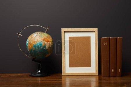 Foto de Globo marco en blanco y libros sobre la mesa - Imagen libre de derechos