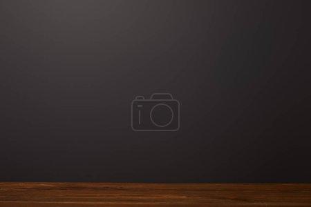 Holzfläche in der Nähe von schwarzem Hintergrund mit Kopierraum